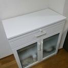 リビングにぴったりのホワイト食器棚