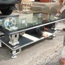 「テーブル」重厚なガラス天板のモダンなテーブルです。
