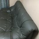 落ち着いたダークグレーのゆったり2人掛けソファー