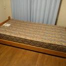 パイン材のシンプルシングルベッド