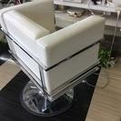 美容室の白い椅子