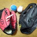 赤と黒の野球のグローブ