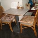 木製テーブルと籐イス