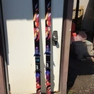 スキー板、ステック、スキー板袋のセットです。