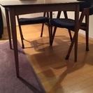 ウォールナット、ブラウンのテーブル