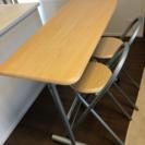 コンパクトサイズのテーブルと椅子2脚
