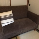 シンプルなブラウンのソファーベッド