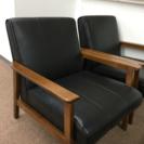 こげ茶色の皮製品の椅子とガラステーブルセット