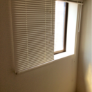 小窓用白のブラインドと完全な遮光カーテン    そろそろ転勤まじか...