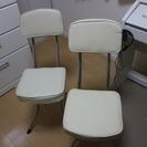 【白い折り畳み椅子】2脚セットで差し上げます!