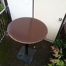 円形のバーテーブル。オシャレなアイアンの脚。