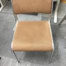 茶色椅子3脚 白色椅子4脚 黒椅子2脚