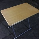 コンパクトに折りたたみ可能なテーブル