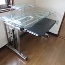 (受付終了しました)ガラス製のパソコンテーブル(キャスター付)