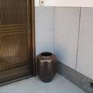 大きなつぼ / 陶器製の 壺/ 傘立て