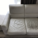 大塚家具2人掛け、オッドマン付き、白、合皮 若干ほつれあり 使用感高め