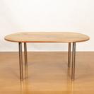 集成材の楕円のトップにステンレスの脚のテーブル