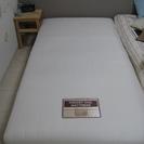 シンプルなベッド -足付きのマットレス