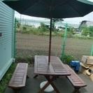 ガーデンテーブルとパラソルセット