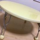 黄色い丸テーブル