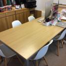 木目調のテーブル