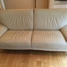 白い革のソファ