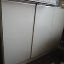 白い収納家具 扉つき