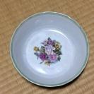 花柄の食器1つ
