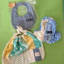 新生児用帽子とスタイ