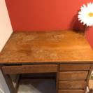 目黒通りの家具屋で15000円くらいで購入したテーブル机。