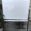 オフィス用の足付き両面ホワイトボード