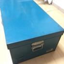 金属製の衣装箱