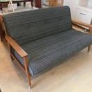 木製フレームの2人掛けソファ 中古品