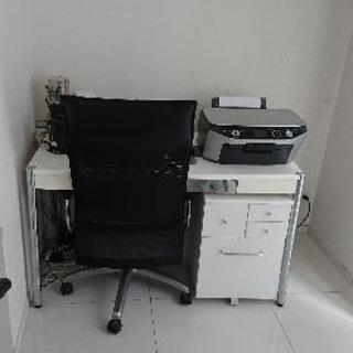 白のデスクと黒のチェアをセットで