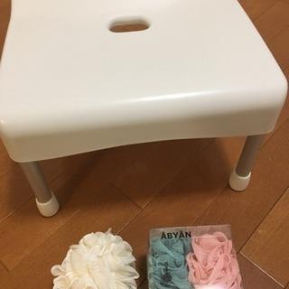 白色バスチェアと新品体洗い用品