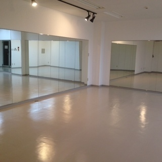 ダンススタジオの壁に鏡をつけたい