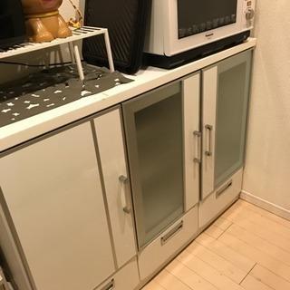 ホワイトキッチンカウンター、一部補修してもらう必要あります!食器棚