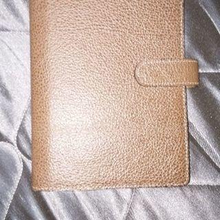 茶色の革の未使用手帳