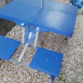 折りたたみテーブルとパラソ方