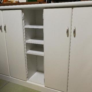 場所を取らない薄くて白い棚!CDや文庫本の収納に最適ではないでしょうか?