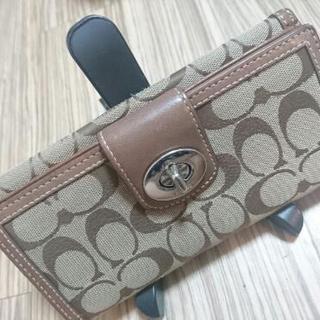 COACHコーチ、シグネチャー柄の長財布