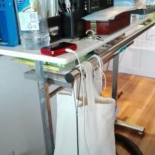 ホワイトハイカウンターテーブルとチェア