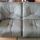 珍しい、本革でカーキグレー色のソファー☆