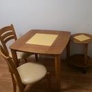 黄色いタイルが付いたテーブル。