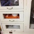 白の食器棚