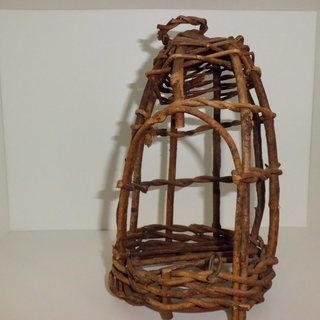 庭のオブジェにいかがですか? 「木製の鳥かごの置物」です。