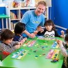 1歳半から6歳までのクラス、6歳から12歳まで野クラス、ママと一緒の英語コースなどの様々な幼児・子供向けの楽しい英語教育 − 東京都