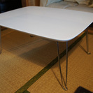 白い小さめのテーブル譲ります。
