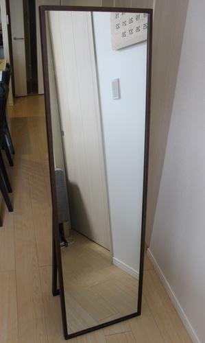 玄関に置いた「オーク材ミラー」。全身が映る高さなので、お出かけのときの身だしなみの確認などにも便利です。
