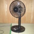 黒の扇風機と日立の除湿機